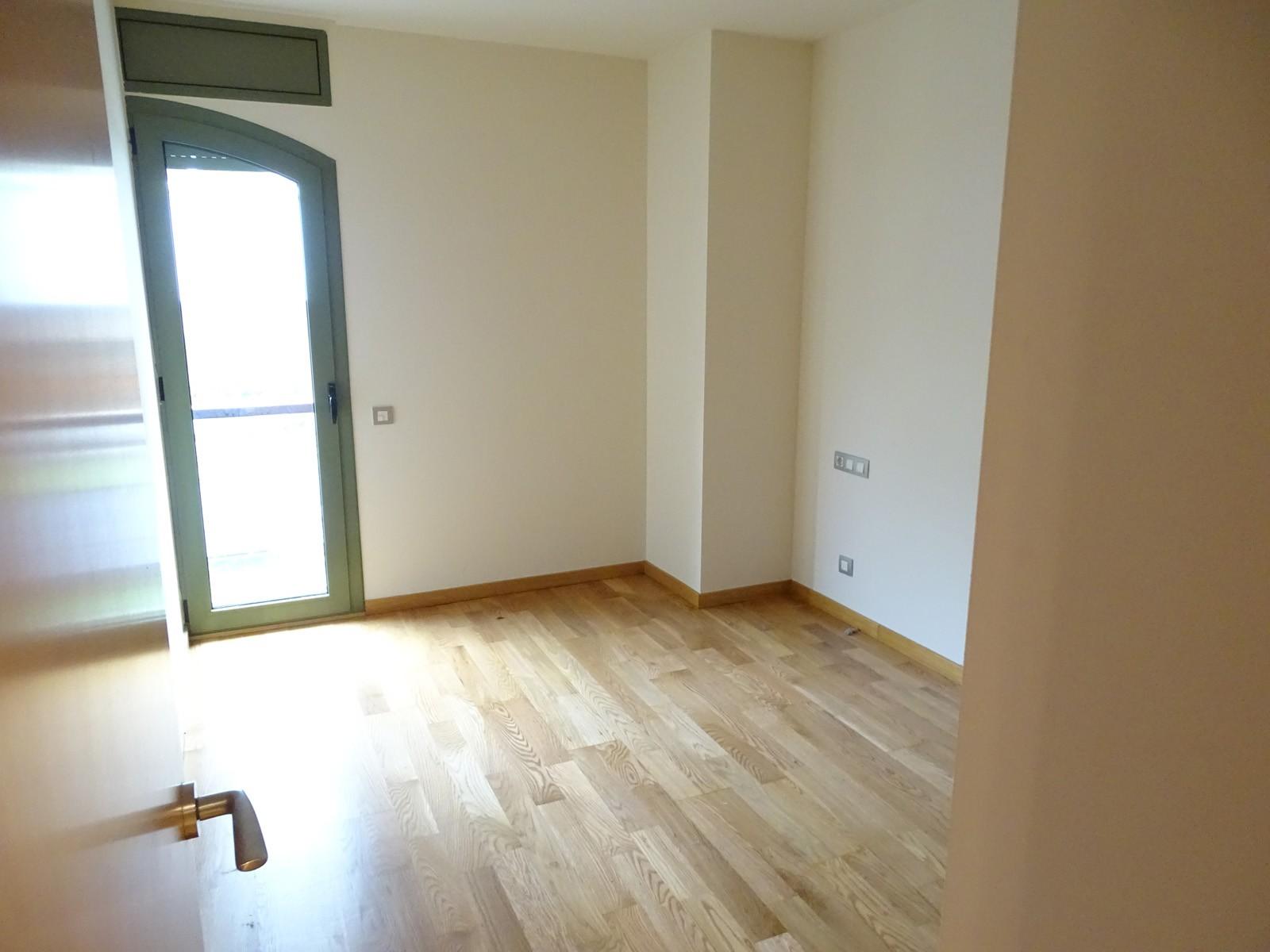 Lujoso Piso Reformado De 2 Habitaciones Sin Muebles Junto A Plaza  # Muebles Reformados