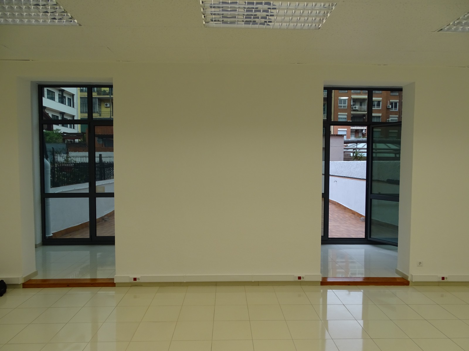 Lujosa oficina alta y luminosa en plaza urquinaona for Oficina correos barcelona